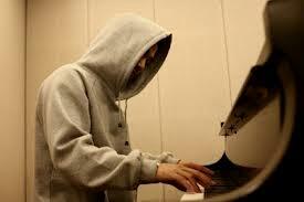 지어 at piano